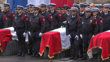Photo des cercueils des quatre fonctionnaires de police tués, lors de l'hommage dans la cour de la préfecture de police de Paris