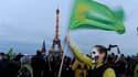 Manifestation anti-nucléaire organisée par des associations et des partis écologistes à Paris. Les personnalités politiques françaises opposées au nucléaire redoublent de critiques après l'accident dans une centrale japonaise, tandis que le gouvernement e