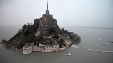 L'archange qui domine le Mont-Saint-Michel va être décroché mi-février pour être restauré pendant deux mois.