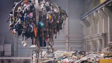 Les trois centres d'Ivry-sur-Seine, Issy-les-Moulineaux et Saint-Ouen traitent 6.000 tonnes de déchets par jour venant des poubelles vertes (non recyclables) des Parisiens et des Franciliens.