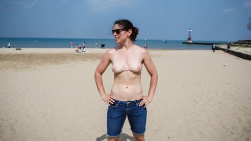 Michelle pose fièrement dans son bikini, qui donne l'illusion d'une poitrine dénudée.