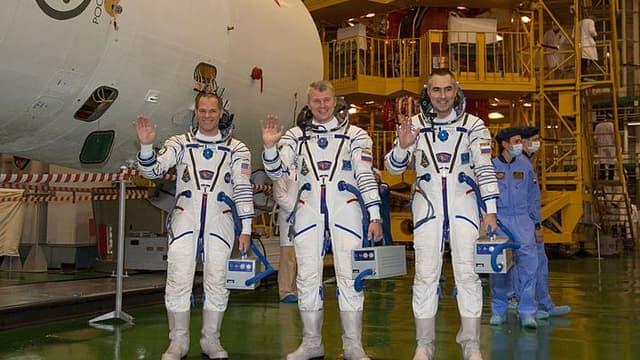 L'ingénieur de la NASA Kevin Ford (à gauche), le commandant de Soyouz Oleg Novitskiy (au centre) et l'ingénieur de vol Evgeny Tarelkin