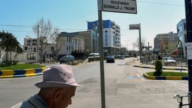 Une plaque indiquant le boulevard Donald J. Trump à Kamza, en Albanie, le 21 mars 2017