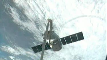La capsule Dragon de la société privée SpaceX s'est arrimée dimanche à la Station spatiale internationale (ISS), avec un retard d'une journée en raison d'un problème technique. /Image diffusée le 3 mars 2013/REUTERS/NASA/Handout