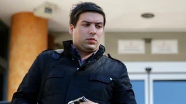 Le père de la petite fille serbe (au centre) sort du tribunal de Belgrade le 20 octobre