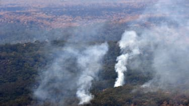 De la fumée des feux de brousse s'élève dans le ciel australien, dans la région des Nouvelles Galles du Sud, le 15 janvier 2020