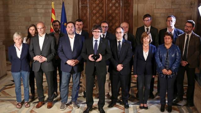 L'ancien président Catalan Carles Puigdemont parle à la presse avec des membres de son gouvernement, le 1er octobre 2017, après le référendum pour l'indépendance de la Catalogne