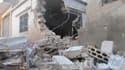 Dans le quartier Bab Amro, à Homs. Les forces syriennes ont bombardé mardi pour le onzième jour consécutif la ville de Homs et étendu leurs attaques à d'autres localités dans les environs de Damas. /Photo prise le 13 février 2012/REUTERS