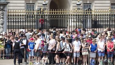 La foule devant le Buckingham Palace, résidence officielle de la monarchie britannique, au centre de Londres ce lundi