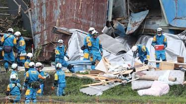 Des secouristes tentent de retrouver des survivants après le tremblement de terre qui a frappé la région d'Atsuma, au Japon, le 6 septembre 2018