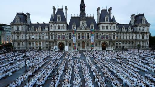 """8.000 personnes selon les organisateurs ont participé au """"Dîner en Blanc"""" sur la place de l'Hôtel de ville à Paris, le 8 juin 2017"""