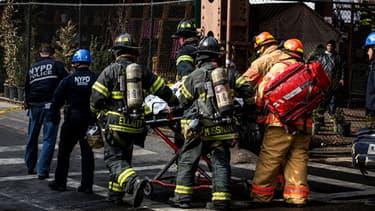 De nombreux pompiers ont été dépêchés sur place après l'effondrement de deux immeubles à New York.