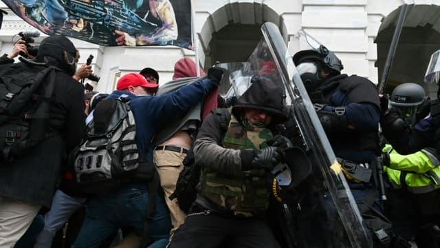 Policiers et manifestants pro-Trump lors de l'assaut du Capitole américain le 6 janvier 2021