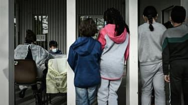 Des écoliers attendent pour passer un test salivaire, le 25 février 2021 à Eysines, près de Bordeaux