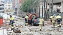 Secours à l'oeuvre dans le centre d'Oslo, où une violente explosion, près de bureaux gouvernementaux, a fait au moins sept morts et deux blessés, selon le dernier bilan donné par la police. /Photo prise le 22 juillet 2011/REUTERS/Berit Roald/Scanpix