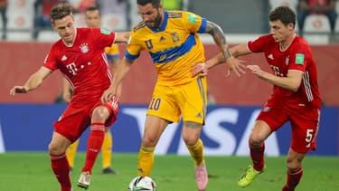 L'attaquant des Tigres André-Pierre Gignac (c) entre le milieu du Bayern Joshua Kimmich (g) et le défenseur Benjamin Pavard, en finale du Mondial des clubs, le 11 février 2021 à Al Rayyan au Qatar