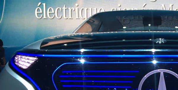 Calandre avec le logo à l'étoile au milieu, mais motirsation et approche très différente: le concept Generation EQ reprend les codes stylistiques de Mercedes tout en les réinventant.