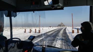 Route enneigée devant le Mont Saint-Michel