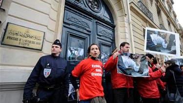 Des militants de Reporters sans frontières manifestent devant l'ambassade d'Egypte à Paris pour protester contre les violences subies par les journalistes qui rendent compte de la crise égyptienne. /Photo prise le 4 février 2011/REUTERS/Gonzalo Fuentes