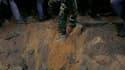 Un cratère qui aurait été causé les frappes de l'Otan à Tripoli. L'Otan a bombardé samedi les environs du quartier général de Mouammar Kadhafi à Tripoli et ses frappes à Misrata pourraient pousser l'armée régulière hors de la ville assiégée. /Photo prise