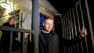 L'opposant russe Alexeï Navalny sort d'un poste de police, le 29 septembre 2017 à Moscou