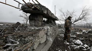 Un séparatiste pro-Russe en patrouille dans les rues d'Uglgorsk, à l'est de l'Ukraine. De nouveaux pourparlers cruciaux vont se dérouler, ce mercredi à Minsk, pour trouver un accord de paix entre l'Ukraine et les sécessionnistes de l'Est, François Hollande et Angela Merkel seront au coeur des négociations.