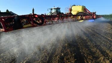 Un agriculteur pulvérise du glyphosate dans un champ devant accueillir du maïs, le 11 mai 2018 dans le Nord de la France.