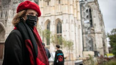 Une habitante porte un masque dans les rues de Rouen après l'incendie de l'usine Lubrizol, le 26 septembre 2019