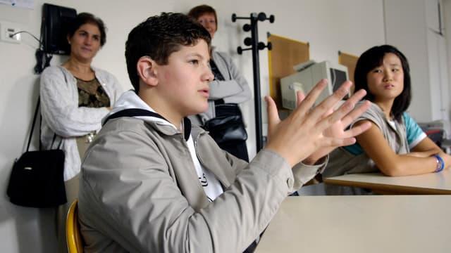 Un élève malentendant lors d'une rentrée des classes, en 2006.