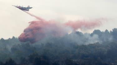 Une opération pour étouffer le feu dans les Alpes-Maritimes.