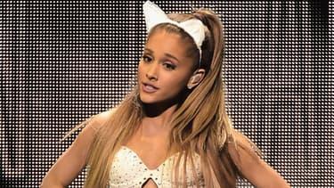 Ariana Grande sur scène pendant un concert à Los Angeles