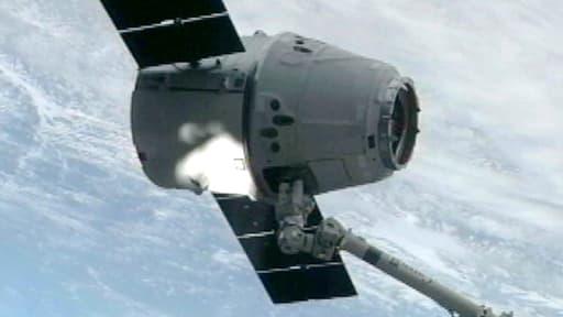 Image de la capsule Dragon SpaceX tirée d'une vidéo filmée depuis la station spatiale internationale le 3 mars 2013.