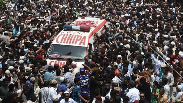L'enterrement d'Amjad Sabri porté par la ferveur populaire à Karachi.