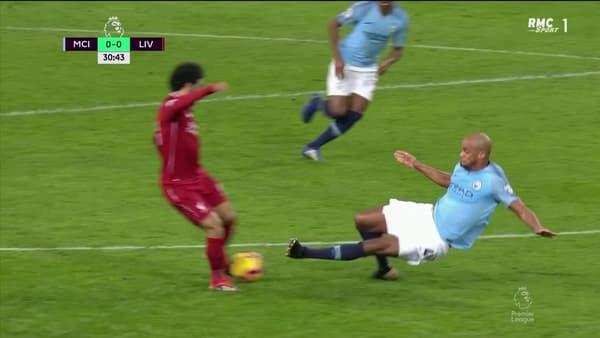 Manchester City-Liverpool : le tacle de Kompany sur Salah (2)