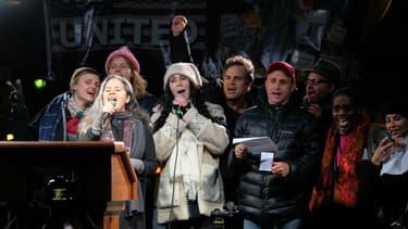 Natalie Merchant, Cher et Donald Trump sur scène à New York devant la Trump Tower.