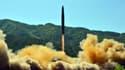 Photo fournie le 5 juillet 2017 par l'agence officielle nord-coréenne Kcna d'un tir de missile balistique nord-coréen dans un lieu non précisé