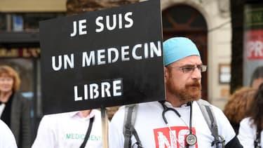 Un  médecin manifeste le 13 novembre dernier contre le projet de loi de santé.