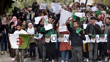 Des étudiants algériens protestent contre l'éventualité d'un 5e mandat d'Abdelaziz Bouteflika, le 26 février 2019 à Alger.