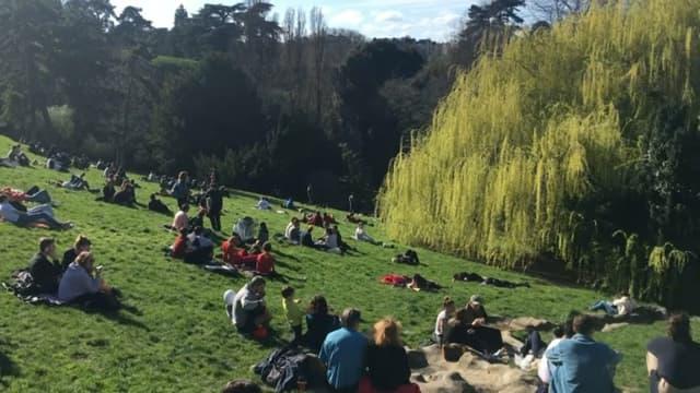 De nombreux Parisiens se sont rendus dans le parc des buttes Chaumont dimanche.