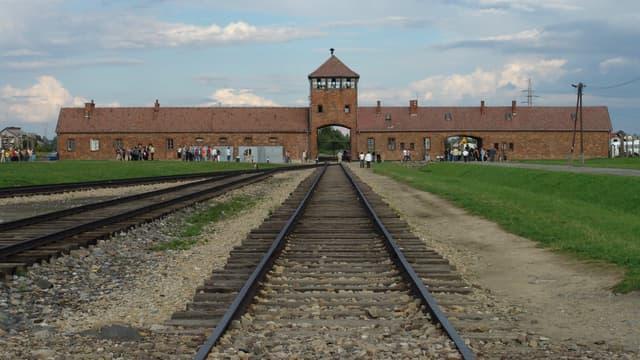 Entrée du camp d'Auschwitz II (complexe de Birkenau)