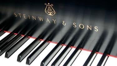 Depuis 160 ans, les pianos Steinway, très haut de gamme, sont fabriqués à 80% à la main par des artisans.