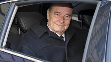 Le parquet de la Cour de cassation s'est prononcé vendredi pour une reprise du procès de Jacques Chirac, interrompu en mars par une question technique soulevée par les avocats d'un de ses co-prévenus. Le parquet a demandé le rejet de cette requête. L'anci