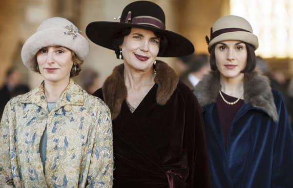 """Laura Carmichael (Lady Edith), Elizabeth McGobvern (Lady Cora) et Michelle Dockery (Lady Mary) dans """"Downton Abbey"""""""