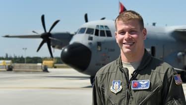 Garrett Black, météorologue de l'armée américaine, pose devant son avion de reconnaisance Hurricane Hunter WC-130 à Miami le 12 mai 2017
