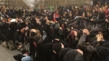 Des lycéens ont reproduit ce vendredi la scène d'interpellations de Mantes-la-Jolie