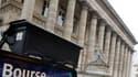 La Bourse de Paris a à nouveau dévissé jeudi, enregistrant sa troisième séance de baisse d'affilée, les craintes autour de la zone euro n'étant toujours pas apaisées. L'indice CAC 40 a abandonné 2,2%, passant sous la barre des 3.600 points, à 3.556,11 poi