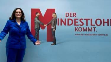 La ministre allemande du Travail, Andrea Nahles, pose devant une affiche annonçant l'arrivée du salaire minimum