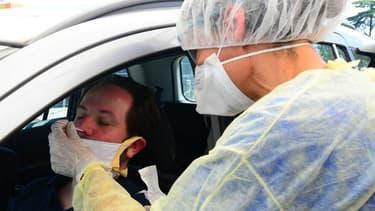 Un drive pour accéder à un test de dépistage au covid-19 à Bordeaux (Gironde).