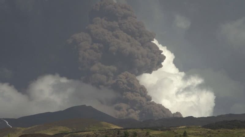 Italie: une nouvelle éruption de l'Etna provoque une pluie de pierres noires en Sicile