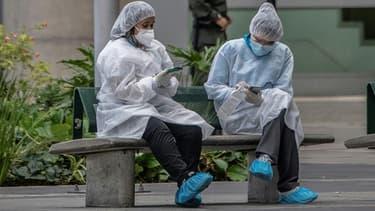 Des soignants prennent une pause dans une rue de Bogota, le 3 juillet 2020